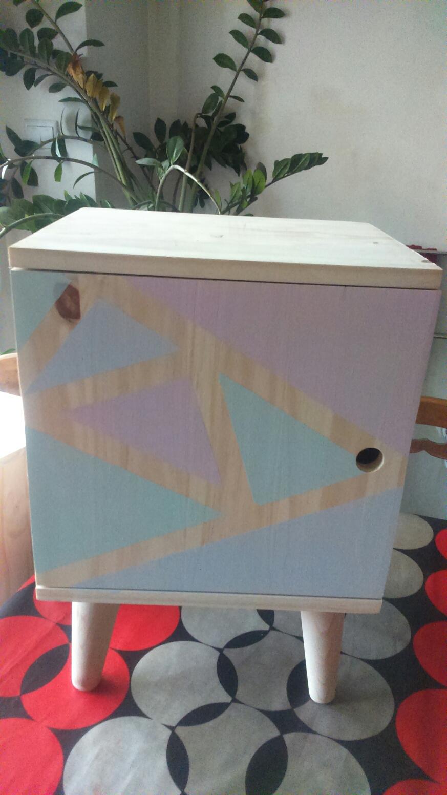 comment fabriquer une table de chevet style scandinave pour moins de 50 euros. Black Bedroom Furniture Sets. Home Design Ideas
