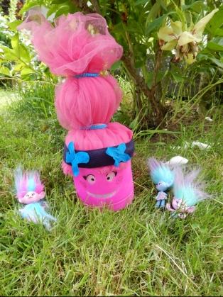 Poppy et ses amis dans le jardin